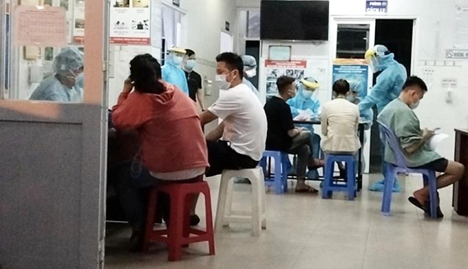 [Caption]Ảnh: Triển khai lấy mẫu xét nghiệm giám sát đợt 2 đối với nhân viên làm việc tại sân bay Tân Sơn Nhất. Ảnh: HCDC.