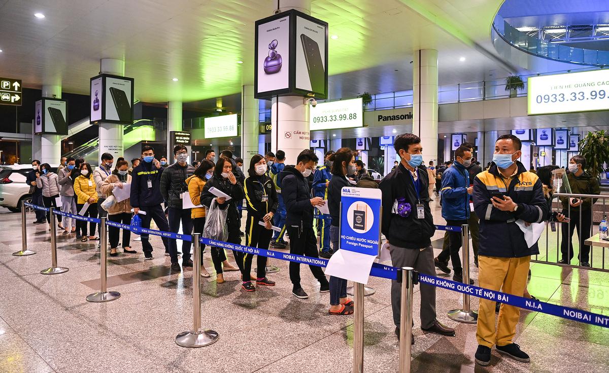 Nhân viên sân bay Nội Bài lấy mẫu xét nghiệm nCoV. Ảnh: Giang Huy.