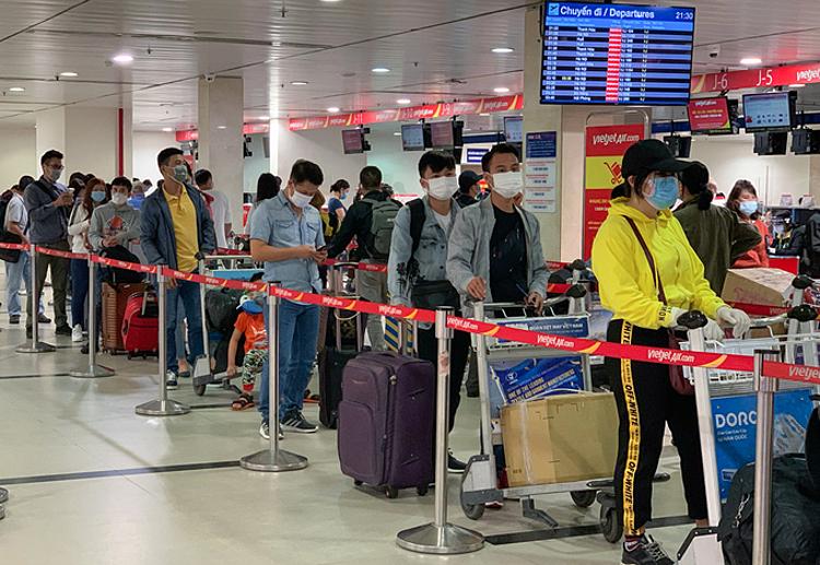 Hành khách làm thủ tục tại sân bay Tân Sơn Nhất, ngày 6/2. Ảnh: Quỳnh Trần.