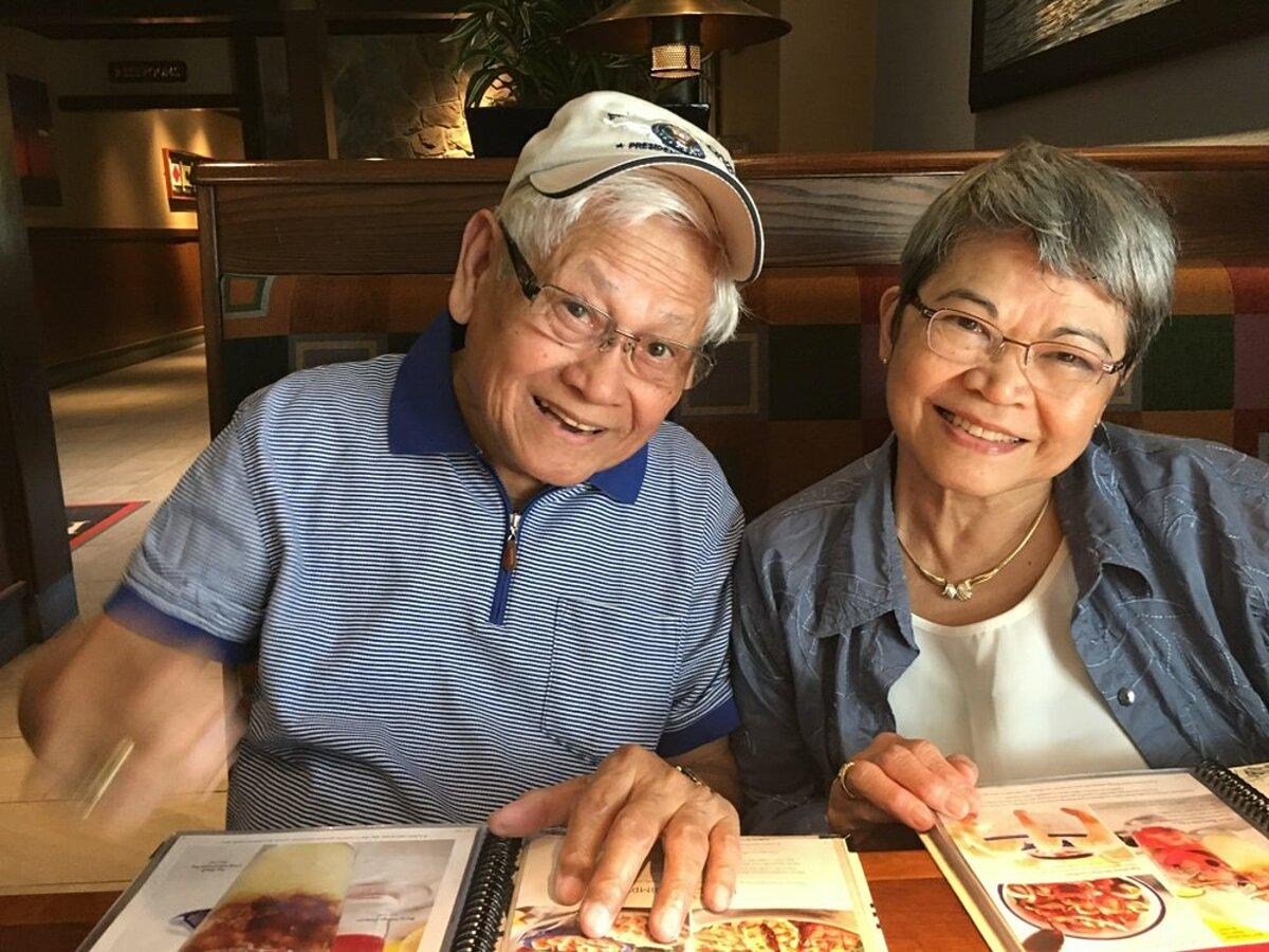 Gil Galicia (trái) và Mercy Galicia (phải) chụp ảnh cung nhau tại một quán ăn năm 2018. Ảnh: AP