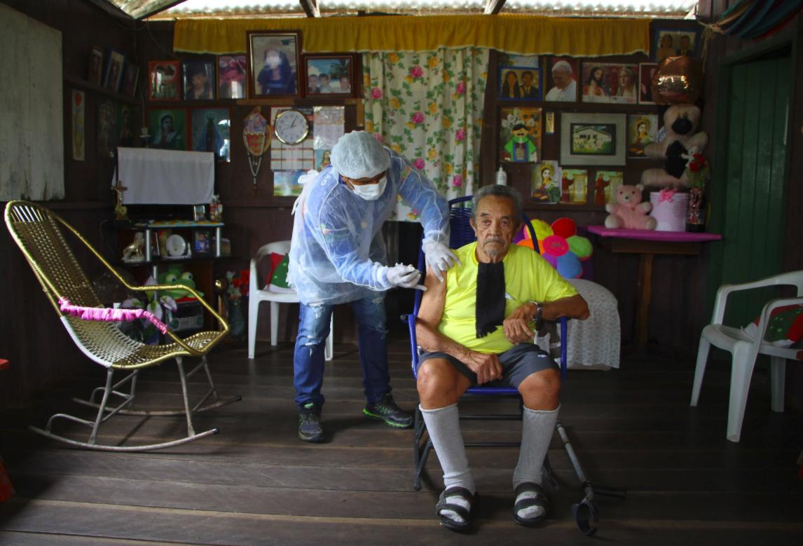 Người dân được tiêm vaccine Covid-19 của AstraZeneca ở Brazil. Ảnh: AP
