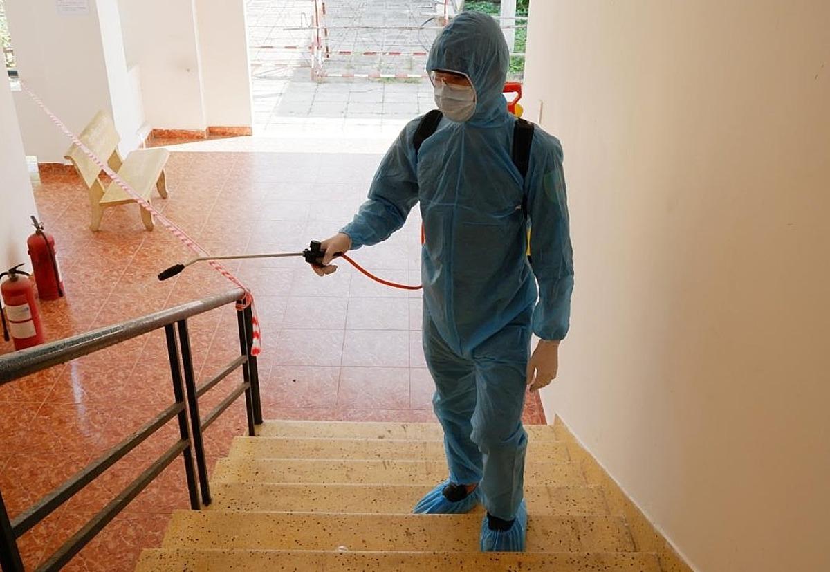 Nhân viên y tế TP HCM thực hiện khử khuẩn thường xuyên tại khu cách ly ngày 29 Tết. Ảnh: HCDC.