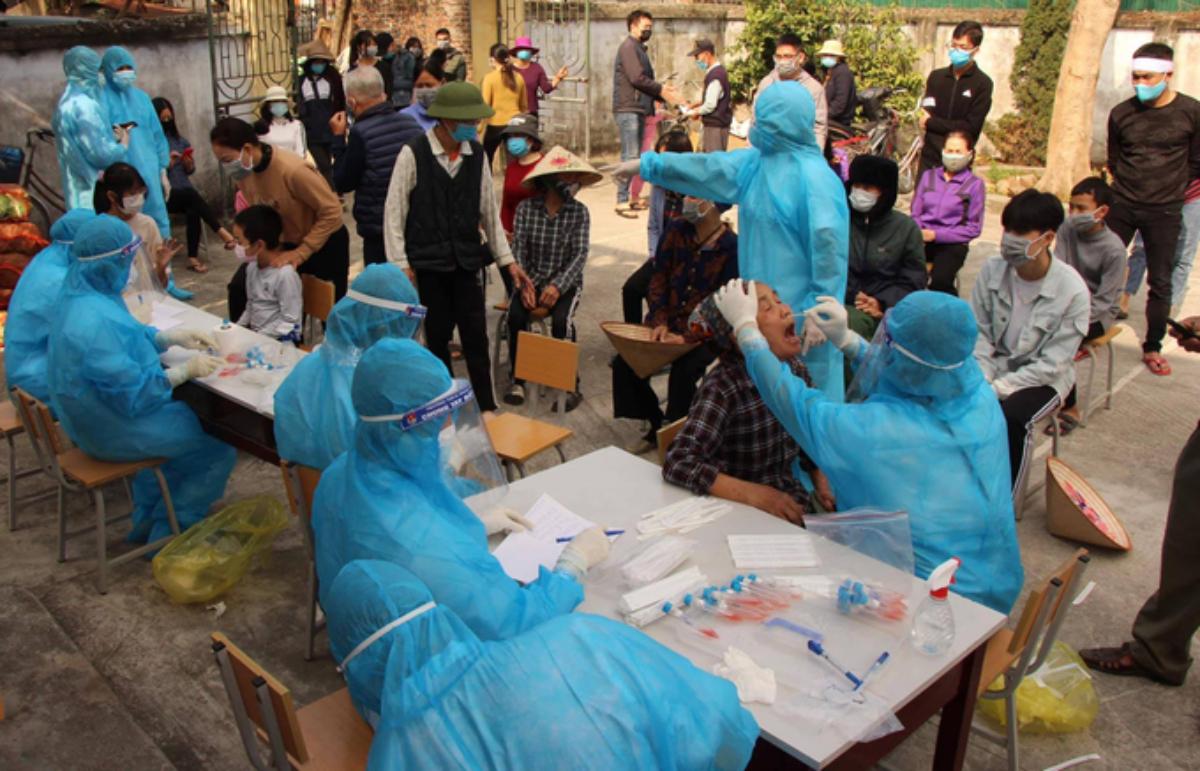 Nhân viên y tế lấy mẫu bệnh phẩm xét nghiệm cho người dân tại Hải Dương. Ảnh: Bộ Y tế.