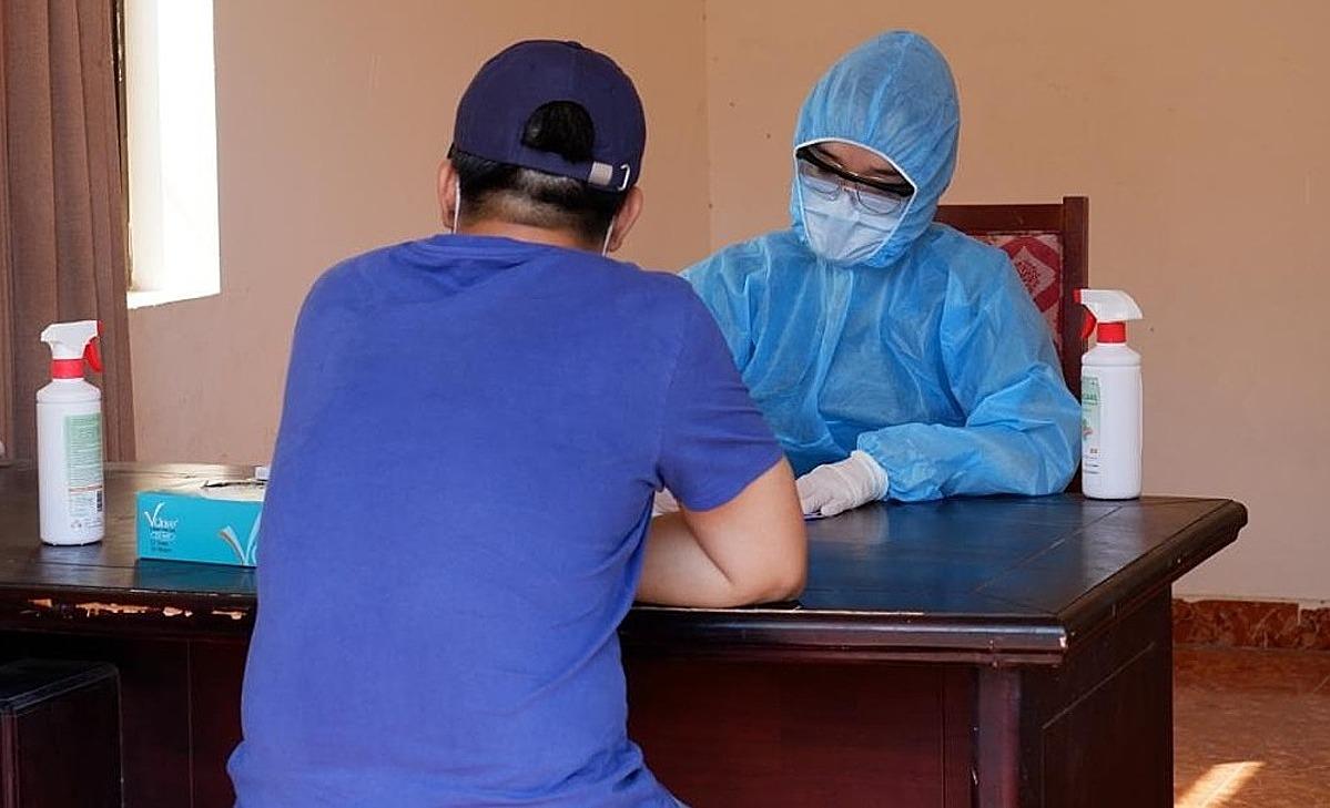 Nhân viên y tế ghi nhận thông tin khách nhập cảnh khi đến khu cách ly tập trung tại TP HCMdịp Tết Nguyên đán. Ảnh: HCDC.
