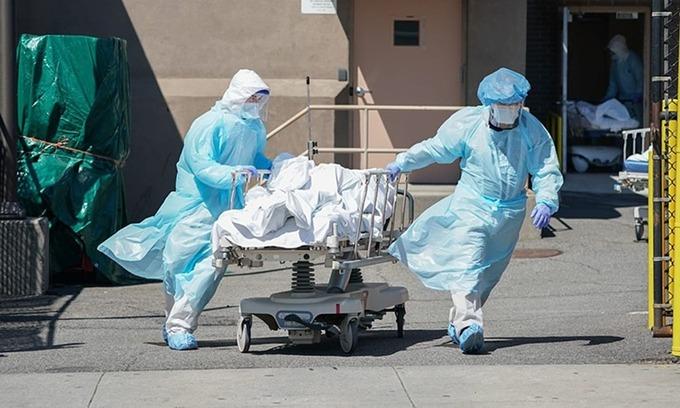 Thi thể bệnh nhân Covid-19 được đưa ra xe tải đông lạnh tại Bệnh viện Wyckoff, Brooklyn, New York hôm 6/4/2020. Ảnh:AFP.