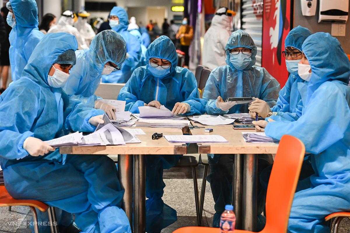 Nhân viên y tế xếp danh sách người xét nghiệm nCoV tại sân bay Nội Bài, Hà Nội ngày 10/2. Ảnh: Giang Huy.