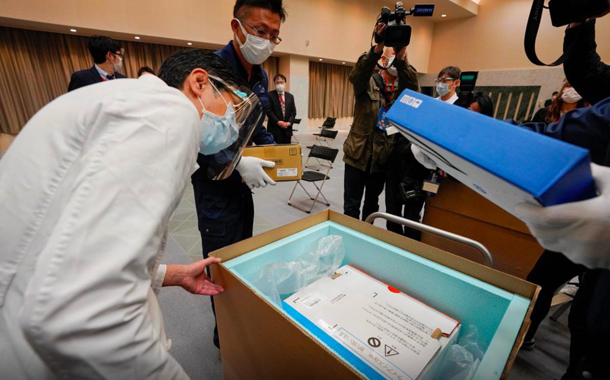Nhân viên y tế Tokyo kiểm tra nhiệt độ của lô vaccine Pfizer chuyển đến Nhật Bản ngày 16/2. Ảnh: Reuters