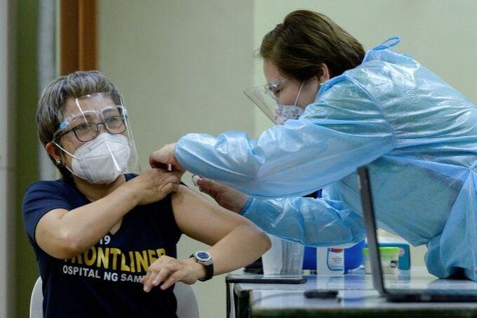 Một nhân viên y tế diễn tập tiêm vaccine Covid-19 tại Manila, Philippines, hôm 19/1. Ảnh:Reuters.