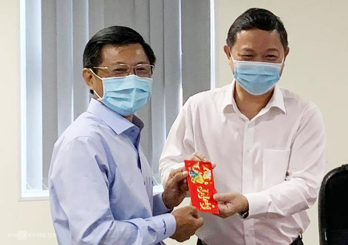 [Caption]Bác sĩ Nguyễn Trí Dũng, Giám đốc HCDC đại diện nhận quà lì xì năm mới của Phó Chủ tịch UBND TP HCM Dương Anh Đức ngày 19/2. Ảnh: Lê Phương.