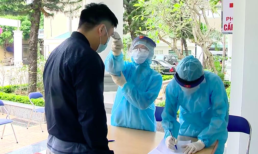 Nhân viên y tế Hà Nội lấy mẫu người về từ Hải Dương, sáng 18/2. Ảnh :Thế Quỳnh.