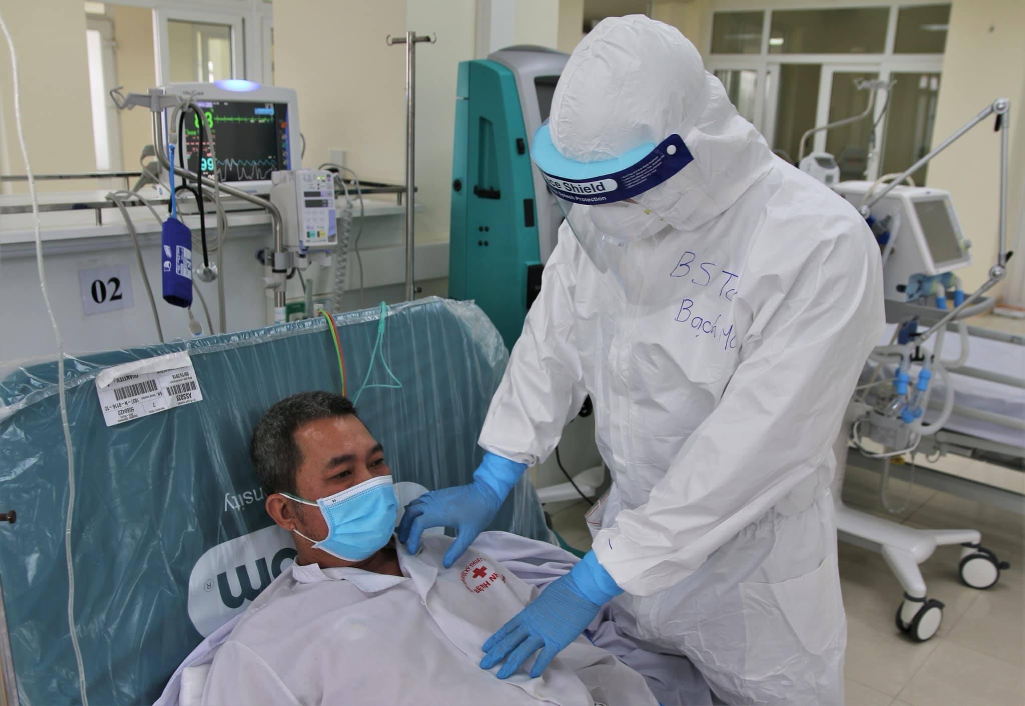 Một bệnh nhân ở Hải Dương đang được bác sĩ thăm khám. Ảnh: Bộ Y tế.