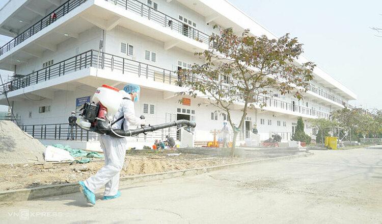 Phun khử trùng bên ngoài khu vực Bệnh viện dã chiến số 3. Ảnh: Long Nguyễn