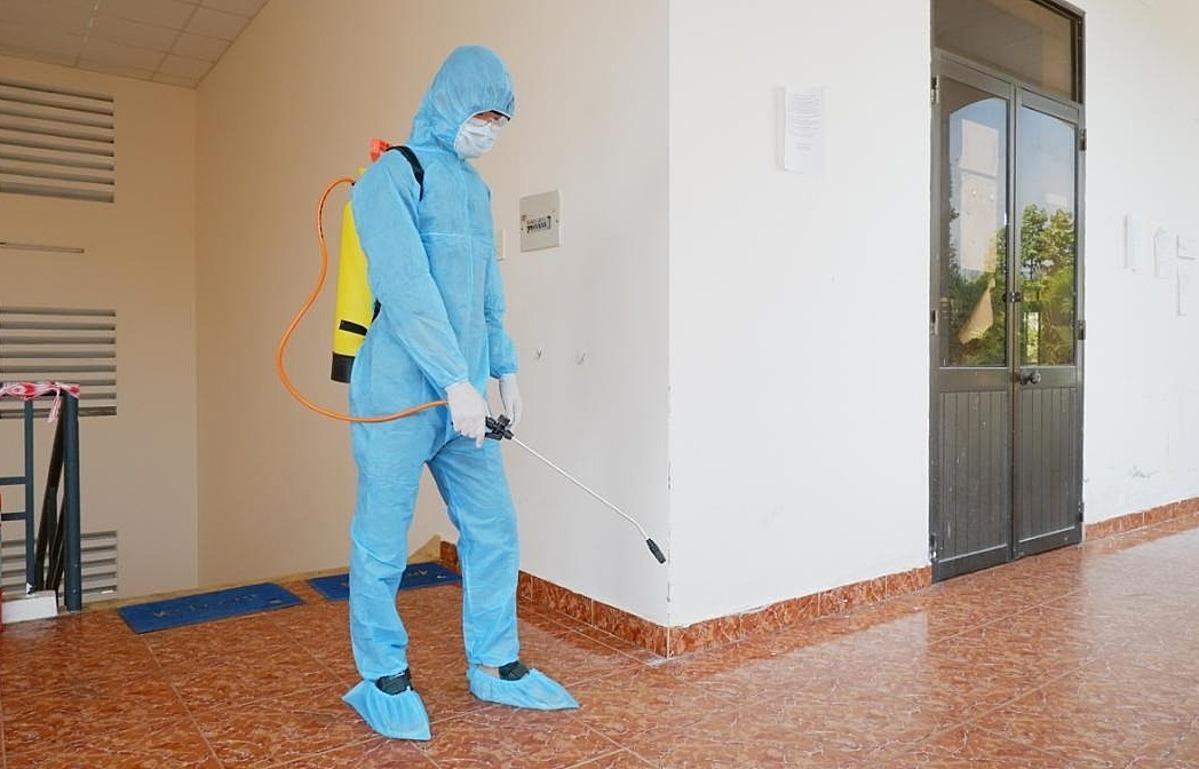 Khử khuẩn tại khu cách ly tập trung ở TP HCM dịp Tết Nguyên đán. Ảnh: HCDC.
