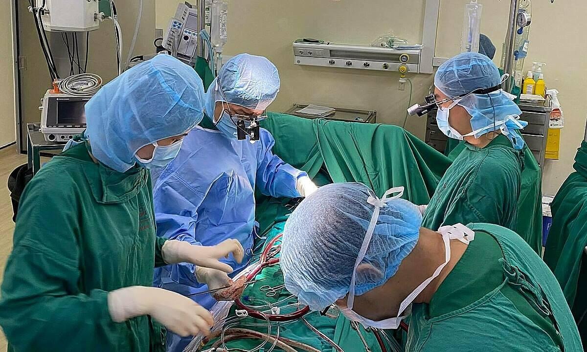Các bác sĩ Bệnh viện Tim Hà Nội thực hiện một ca phẫu thuật nhồi máu cơ tim. Ảnh: Ngô Hùng.