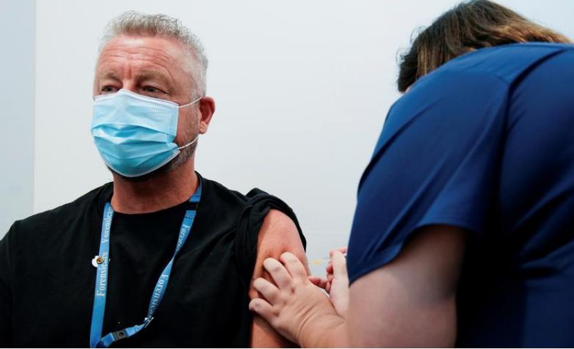 Một nhân viên y tế tiêm vaccine Covid-19 của Pfizer cho Tiến sĩ Chris Quinn ở bang Victoria, Australia ngày 22/2.