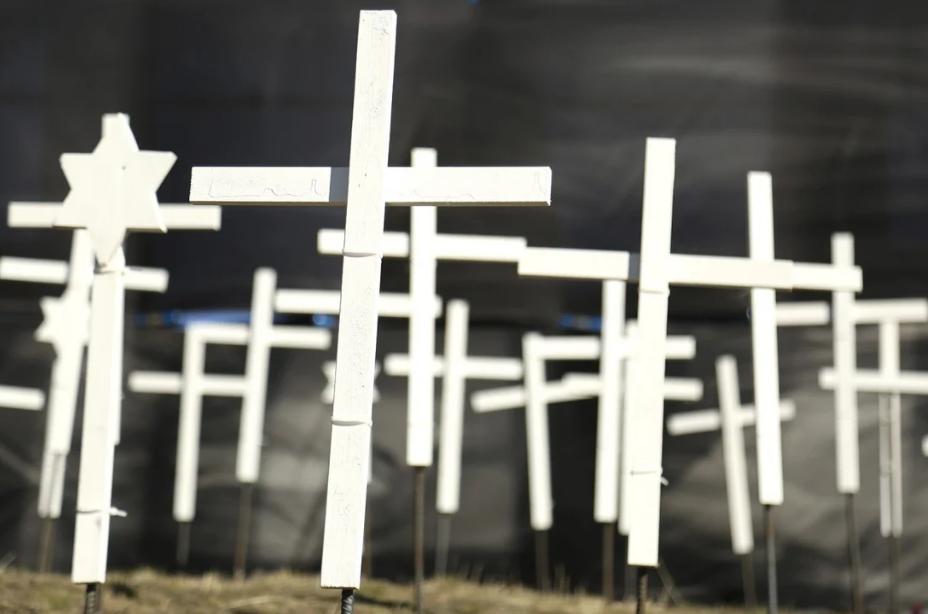 Những cây thánh giá tưởng niệm người chết vì Covid-19 dựng tại đài tưởng niệm ở Grass Valley, California hồi tháng 1. Ảnh: AP