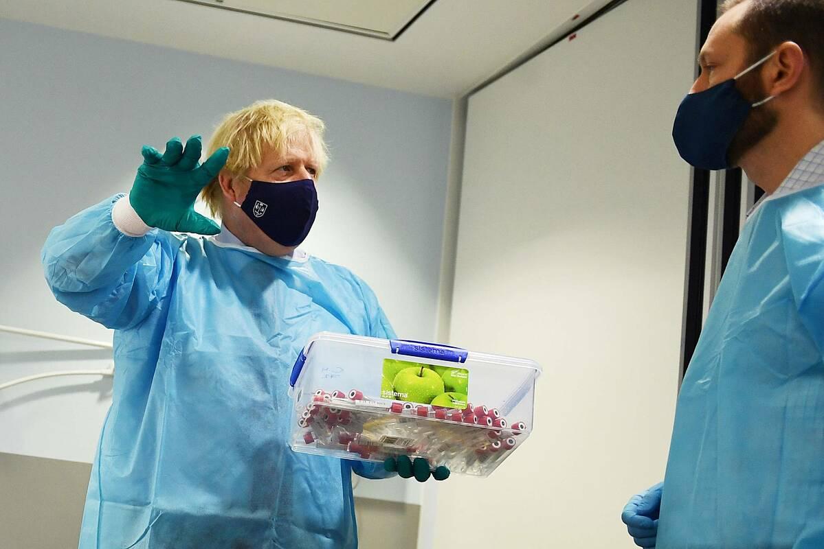 Thủ tướng Anh Boris Johnson thăm một phòng thí nghiệm được dùng để xử lý các xét nghiệm Covid-19 ở Glasgow. Ảnh: Bloomberg.