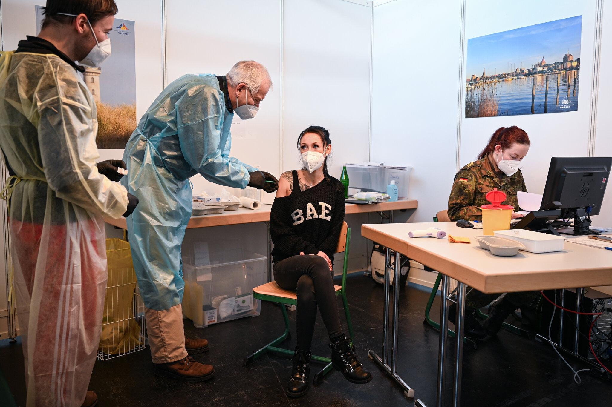 Nhân viên y tế tiêm phòng vaccine Covid-19 của AstraZeneca tại thành phố Rostock. Ảnh: NY Times