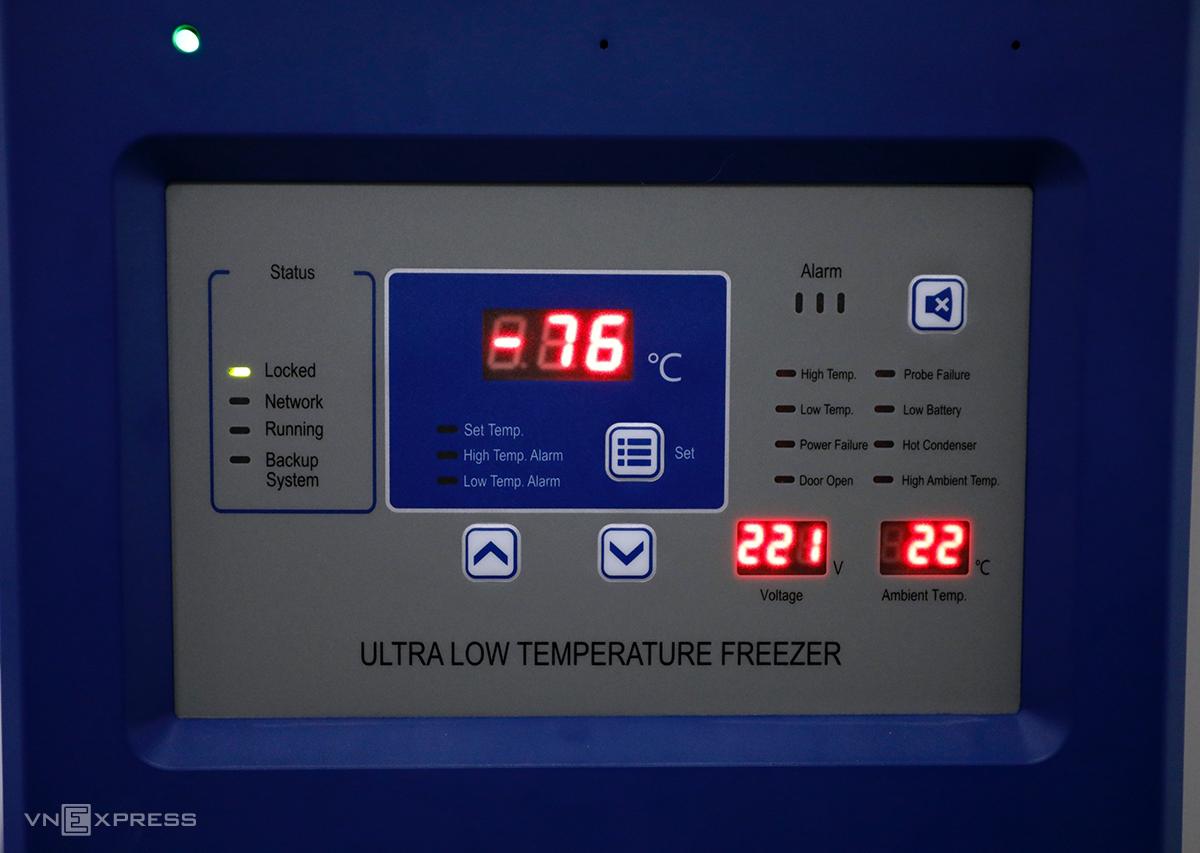 Hệ thống trung tâm tiêm chủng này còn có 3 kho lạnh âm 86 độ C ở TP HCM, Đà Nẵng, Hà Nội có thể bảo quản các vaccine Covid-19 khác với nhiệt độ rất thấp. VNVC là hệ thống trung tâm tiêm chủng đầu tiên và duy nhất tại Việt Nam đầu tư hệ thống kho lạnh âm sâu bảo quản vaccine Covid-19.