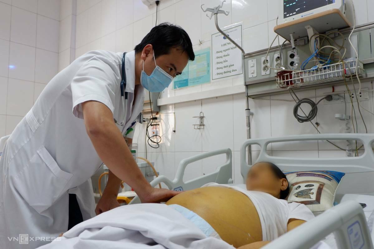 Bác sĩ khám cho bệnh nhân viêm gan. Ảnh: Văn Phong.