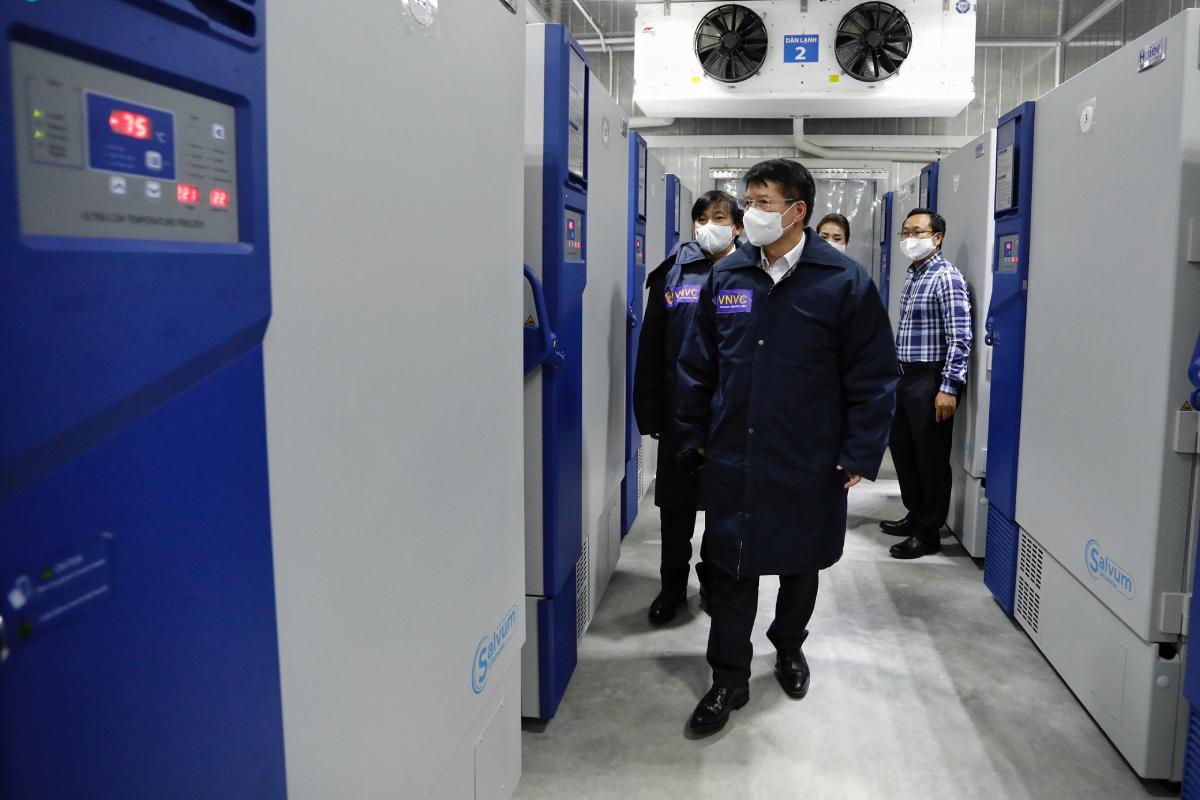 Thứ trưởng Bộ Y tế Trương Quốc Cường đến kiểm tra điều kiện bảo quản vaccine Covid-19 tại kho của AstraZeneca và VNVC. Ảnh: Hữu Khoa.