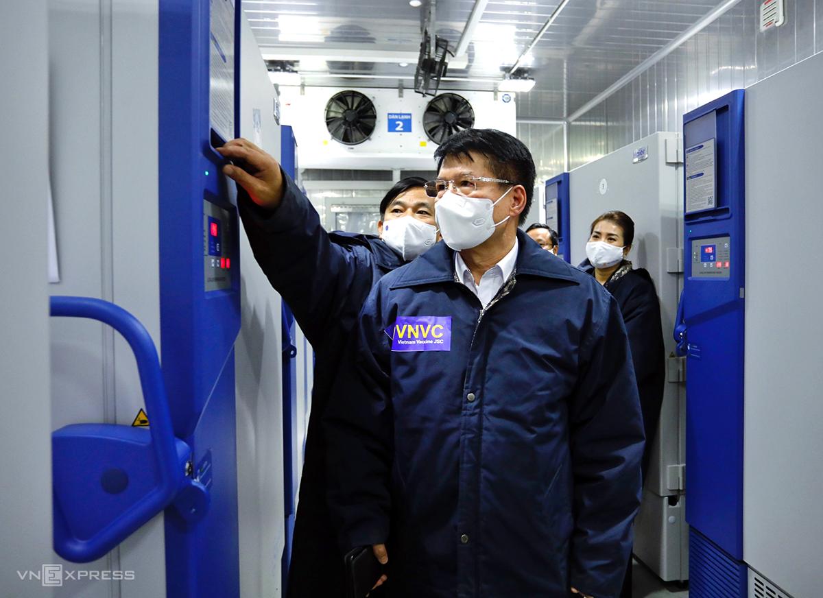 Thứ trưởng Bộ Y tế Trương Quốc Cường kiểm tra công tác bảo quản vaccine Covid-19 tại kho lạnh của VNVC. Thứ trưởng Trương Quốc Cường chia sẻ, dưới sự chỉ đạo của Chính phủ, ban chỉ đạo quốc gia phòng chống Covid-19, sự nỗ lực của Bộ Y tế, lô vaccine đầu tiên đã về đến Việt Nam. Việt Nam và Thái Lan là hai nước đầu tiên trong khối ASEAN nhận được vaccine này. Ông đánh giá rất cao sự chung tay của công ty AstraZeneca, Hệ thống tiêm chủng VNVC và cơ quan hải quan. Việt Nam cố gắng đưa những lô vaccine tiếp theo về trong thời gian sớm nhất để phục vụ công tác phòng chống dịch cho người.  Vaccine của AstraZeneca được Tổ chức Y tế thế giới tiền khẩm định sử dụng rộng rãi trên thế giới, hiện có trên 50 quốc gia sử dụng, có hiệu quả kháng virus tương đối cao, Thứ trưởng Trương Quốc Cường nói thêm.