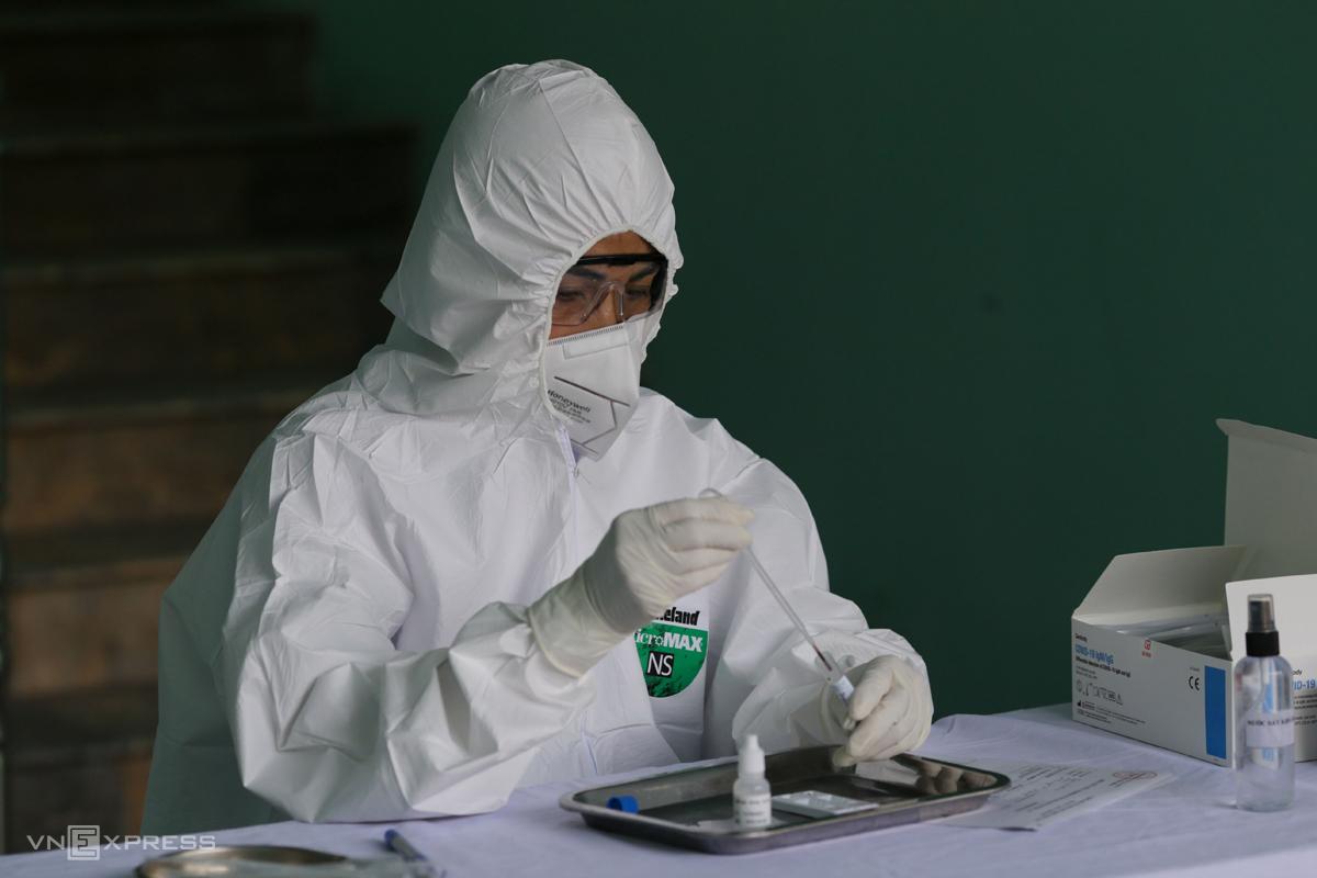 Xét nghiệm Covid-19 mẫu bệnh phẩm tại Hà Nội. Ảnh: Tất Định.