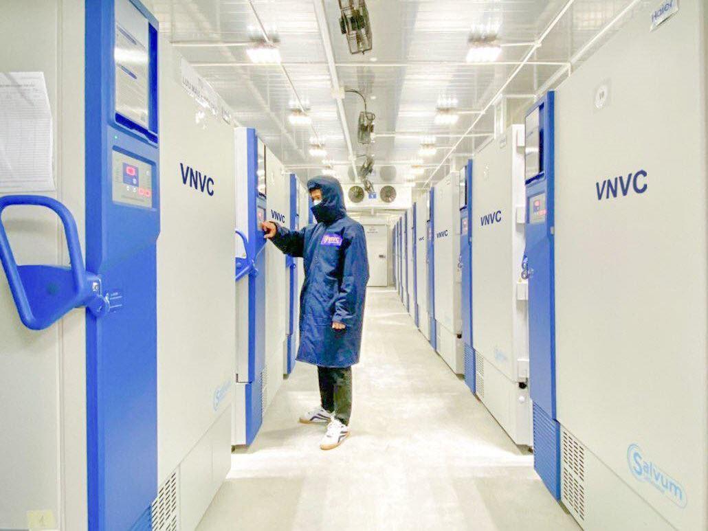 51 kho lạnh, kho tiền lạnh, 3 kho lạnh bảo quản âm sâu trên toàn quốc của VNVC có tổng diện tích hơn 1.000m2, dung tích hơn 4.000m3, sức chứa lên tới 170 triệu liều vaccine tại một thời điểm ở nhiệt độ từ 8 độ C đến âm 86 độ C. Mỗi kho âm sâu trang bị một kho rã đông riêng được kiểm soát nhiệt độ nghiêm ngặt dưới 8 độ C nhằm đảm bảo chất lượng vaccine khi đưa vào sử dụng.