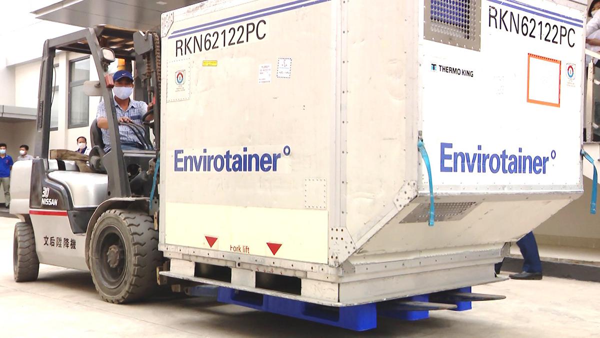 Container chứa 117.600 liều (trong tổng số 30 triệu liều) vaccine Covid-19 đầu tiên của hãng AstraZeneca đến Việt Nam ngày 24/2, nằm trong hợp đồng giữa VNVC và Tập đoàn AstraZeneca ký từ tháng 11/2020. 30 triệu liều vaccin này được giao thành nhiều đợt. Sau khi hoàn thành các thủ tục cần thiết, ngay trong ngày, lô vaccine đầu tiên được vận chuyển bằng xe chuyên dụng, đưa vào Cửa nhập để vào kho lạnh của VNVC và AstraZeneca bảo quản.