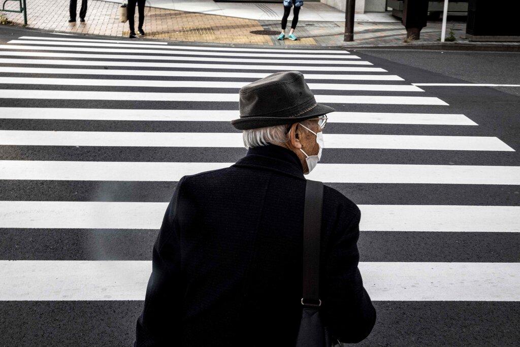 Một cụ ông qua đường tại Tokyo, Nhật Bản. Ảnh: AFP