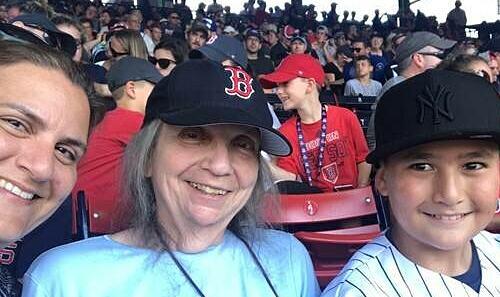 Bà Lucy Cherbas cùng con gái Katherine Cherbas và cháu trai Orlando Shin tại sân bóng chày Fenway Park, Boston. Ảnh: Katherine Cherbas.