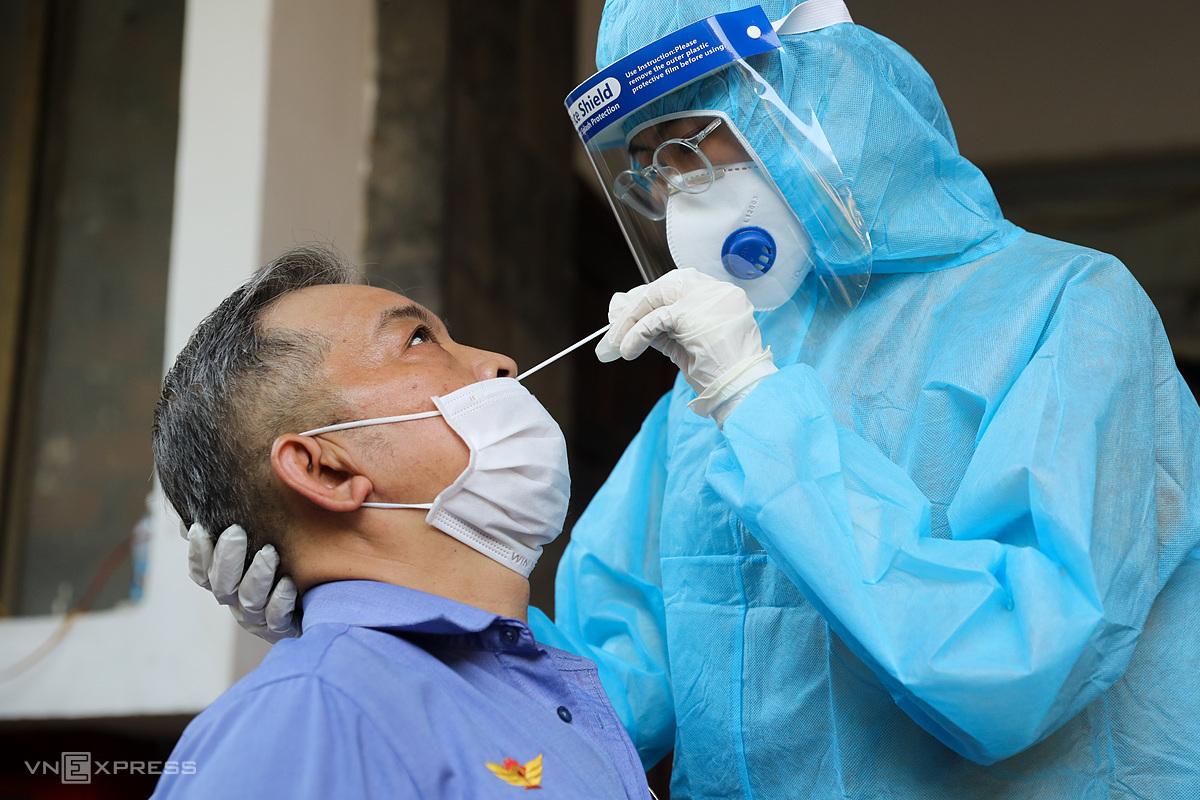 Lấy mẫu xét nghiệm Covid-19 cho nhân viên tàu tại ga Sài Gòn ngày 18/2. Ảnh: Quỳnh Trần.