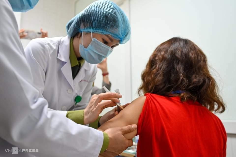 Tình nguyện viên đầu tiên tiêm thử nghiệm giai đoạn hai vaccine Nanocovax tại Hà Nội, sáng 26/2. Ảnh: Giang Huy.