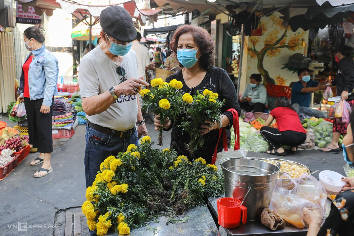Người dân đeo khẩu trang khi đi chợ tại TP HCM ngày 4/2/2021. Ảnh: Quỳnh Trần