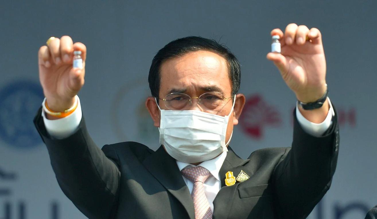 Thủ tướng Thái Lan Prayut Chan-o-cha cầm hai lọ vắc-xin Sinovac tại sân bay Suvarnabhumi ở Bangkok hôm 22/2. Ảnh: Xinhua