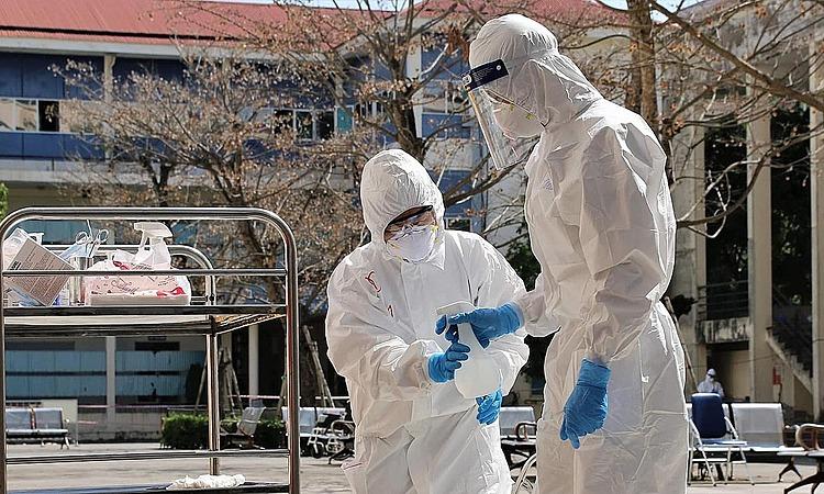 Các bác sĩ làm công tác kiểm soát nhiễm khuẩn ở Hải Dương. Ảnh: Bộ Y tế.