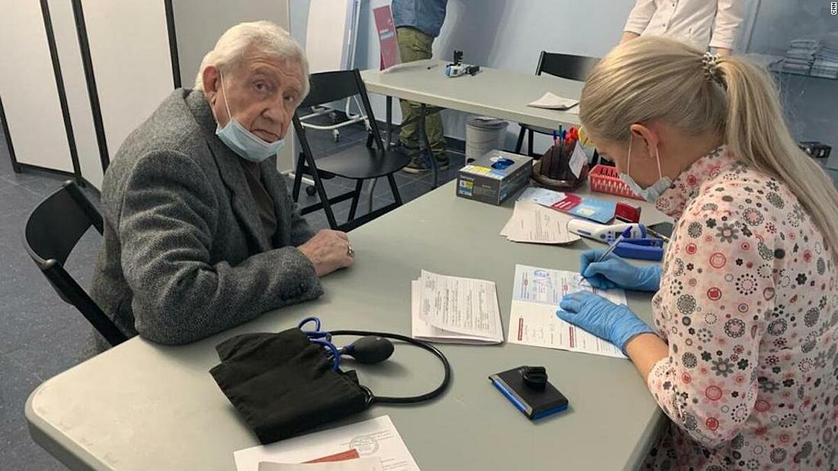 Cụ ông Vadim Svistunov, 84 tuổi, tiêm mũi nhắc lại vaccine Covid-19 tại nhà hát Helikon. Ảnh: CNN