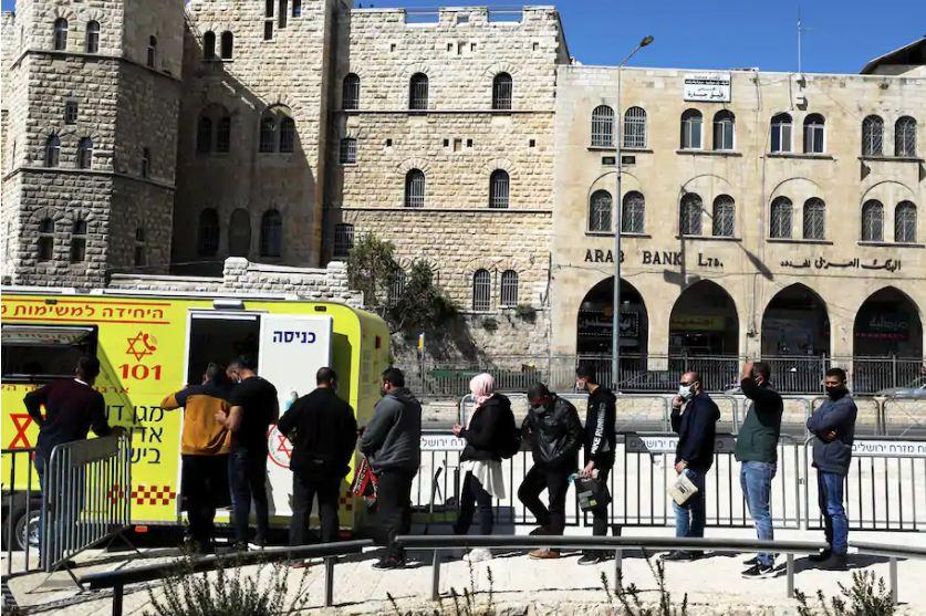 Người dân xếp hàng chờ tiêm phòng tại Jerusalem. Ảnh: Reuters.