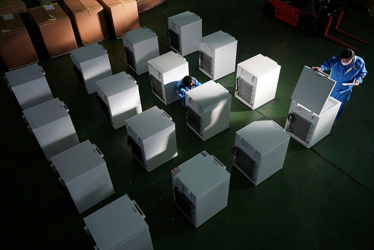 Tủ siêu lạnh để bảo quản vaccine Covid-19 tại Sagamihara, Nhật Bản. Ảnh: AP