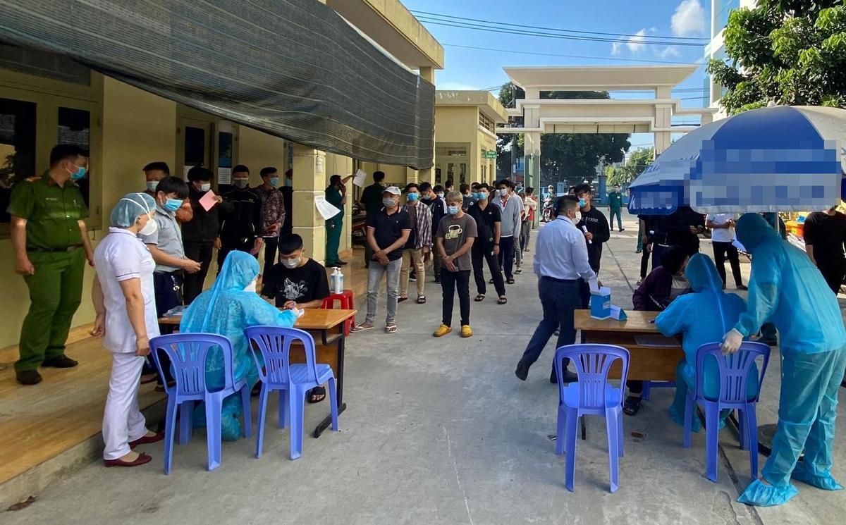 Ảnh: Lấy mẫu xét nghiệm tầm soát cho thanh niên chuẩn bị nhập ngũ tại quận Tân Phú: Ảnh: Trung tâm Y tế quân Tân Phú. Quận Tân Phú)