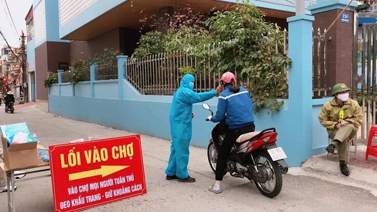 Ngừoi dân Chí Linh áp dụng hình thức phiếu đi chợ sau giãn cách xã hội. Ảnh: Bộ Y tế.