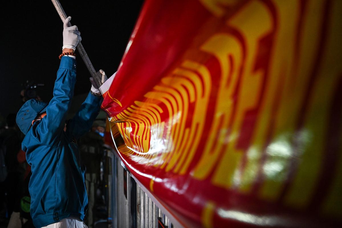 Lực lượng chức năng tháo dỡ chốt kiểm soát dịch tại quảng trường Sao Đỏ, sau khi lãnh đạo TP Chí Linh đọc lệnh bỏ cách ly xã hội. Ảnh: Giang Huy.