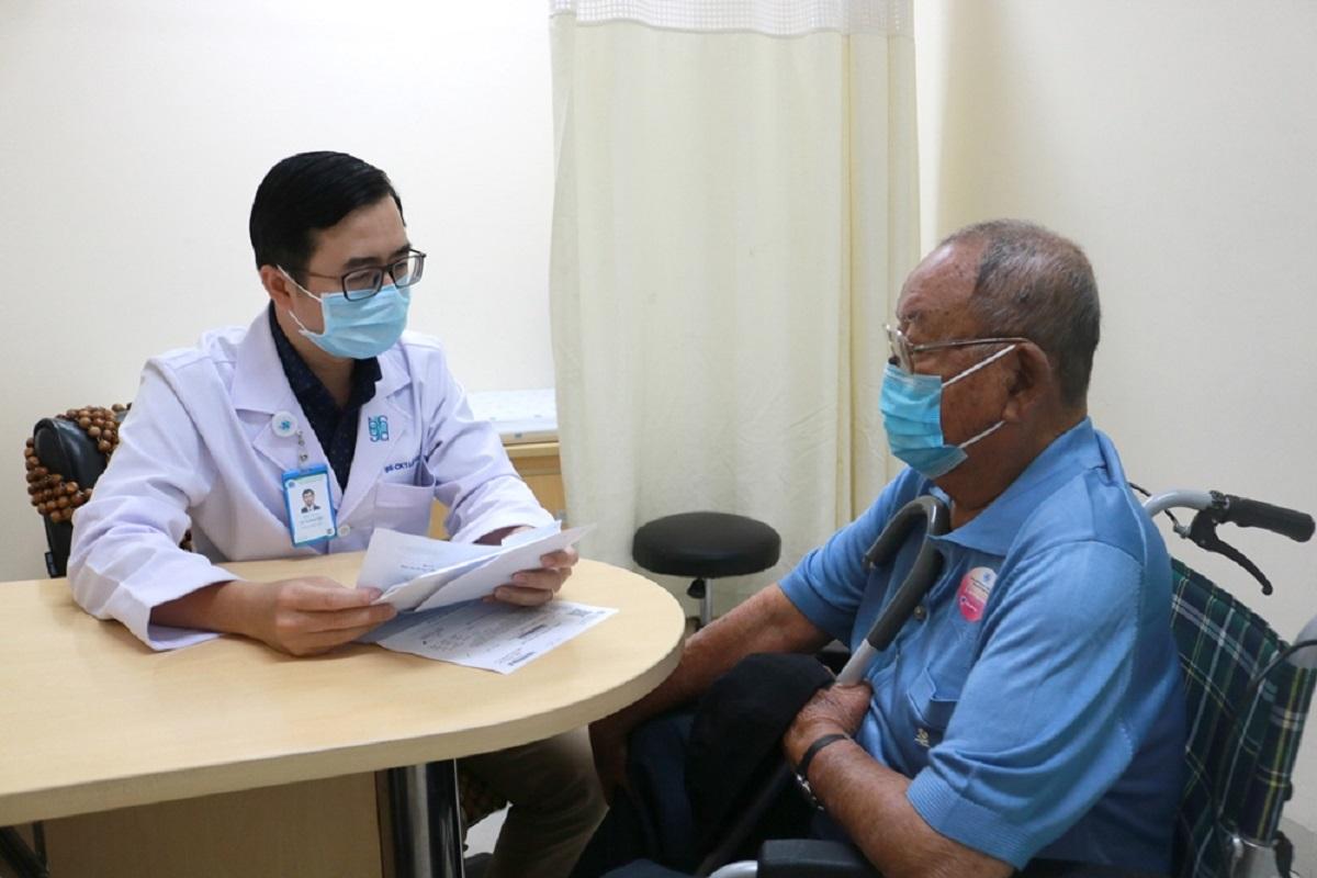 Bác sĩ Lê Hoàng Bảo - Khoa Nội tiết, Bệnh viện Đại học Y Dược TP HCM tư vấn cho một bệnh nhân đái tháo đường. Ảnh: Bệnh viện cung cấp