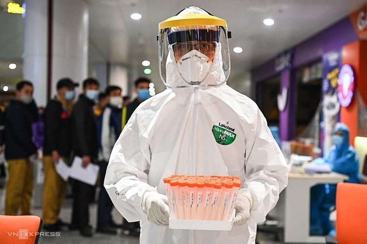 Nhân viên y tế lấy mẫu tại Hà Nội. Ảnh: Giang Huy.