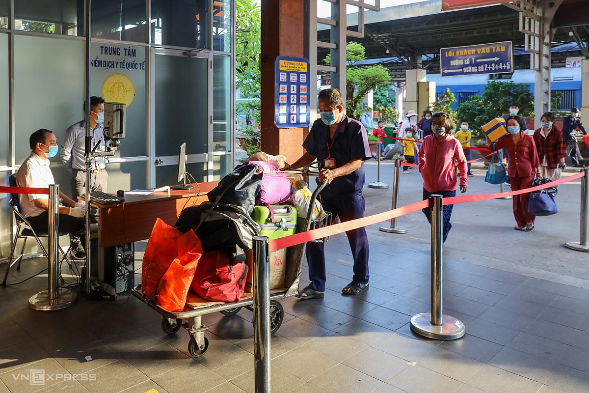Hành khách đến TP HCM tại ga Sài Gòn tháng 2/2021. Ảnh: Quỳnh Trần.
