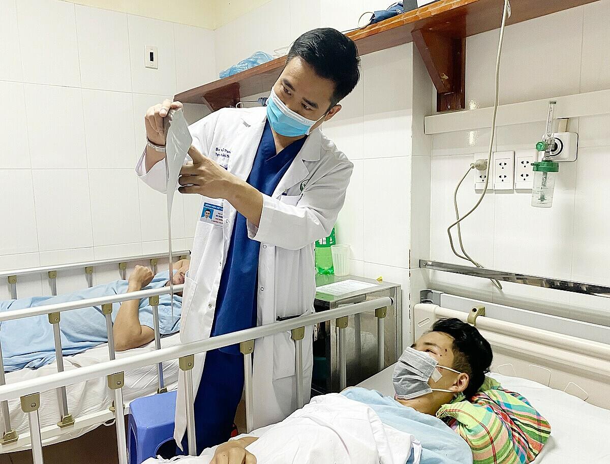 Bác sĩ Trực thăm khám cho bệnh nhân. Ảnh: Bệnh viện cung cấp.