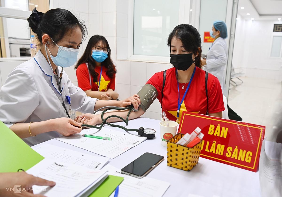 Khám sàng lọc cho tình nguyện viên tiêm thử vaccine tại Học viện Quân y. Ảnh: Giang Huy.