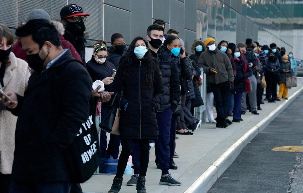 Người dân xếp hàng chờ vaccine tại Trung tâm hội nghị Jacob Javits, New York. Ảnh: New York Times.