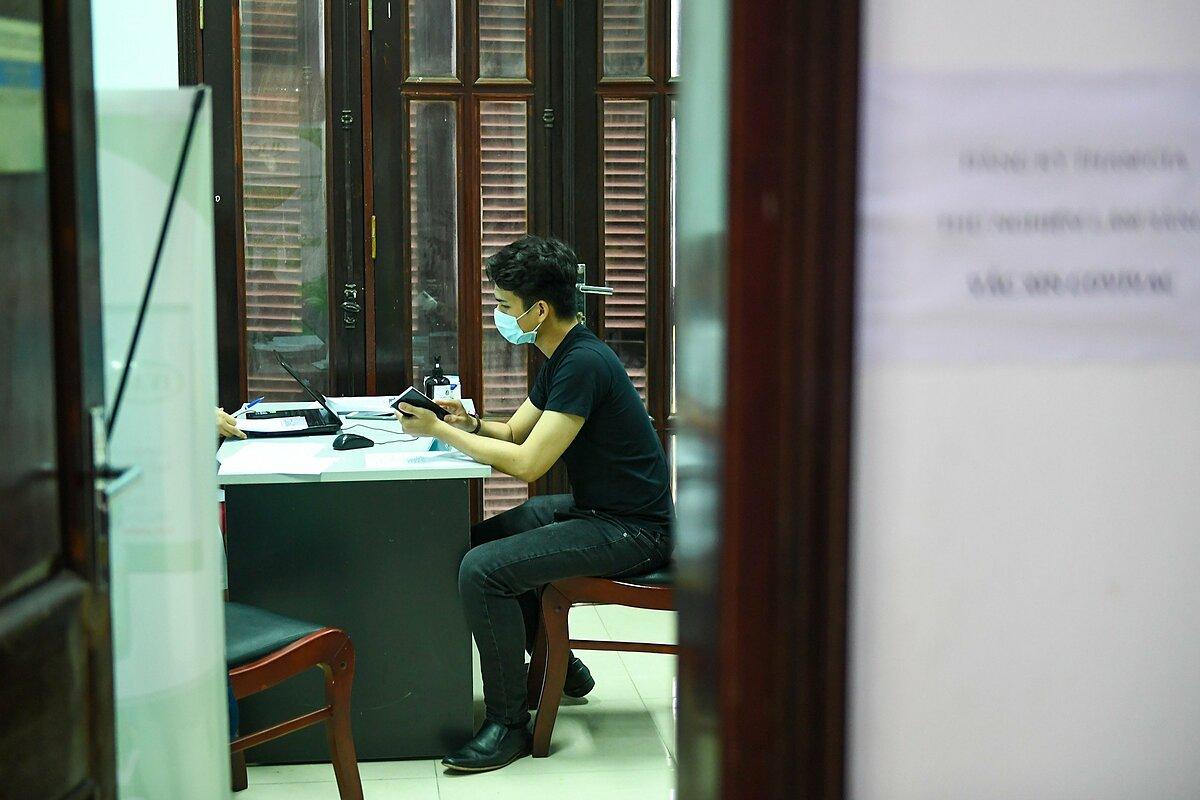 Nam tiếp viên hàng không tại bàn tư vấn tuyển tình nguyện viên tham gia thử nghiệm vaccine chiều 5/3. Ảnh: Đỗ Linh.