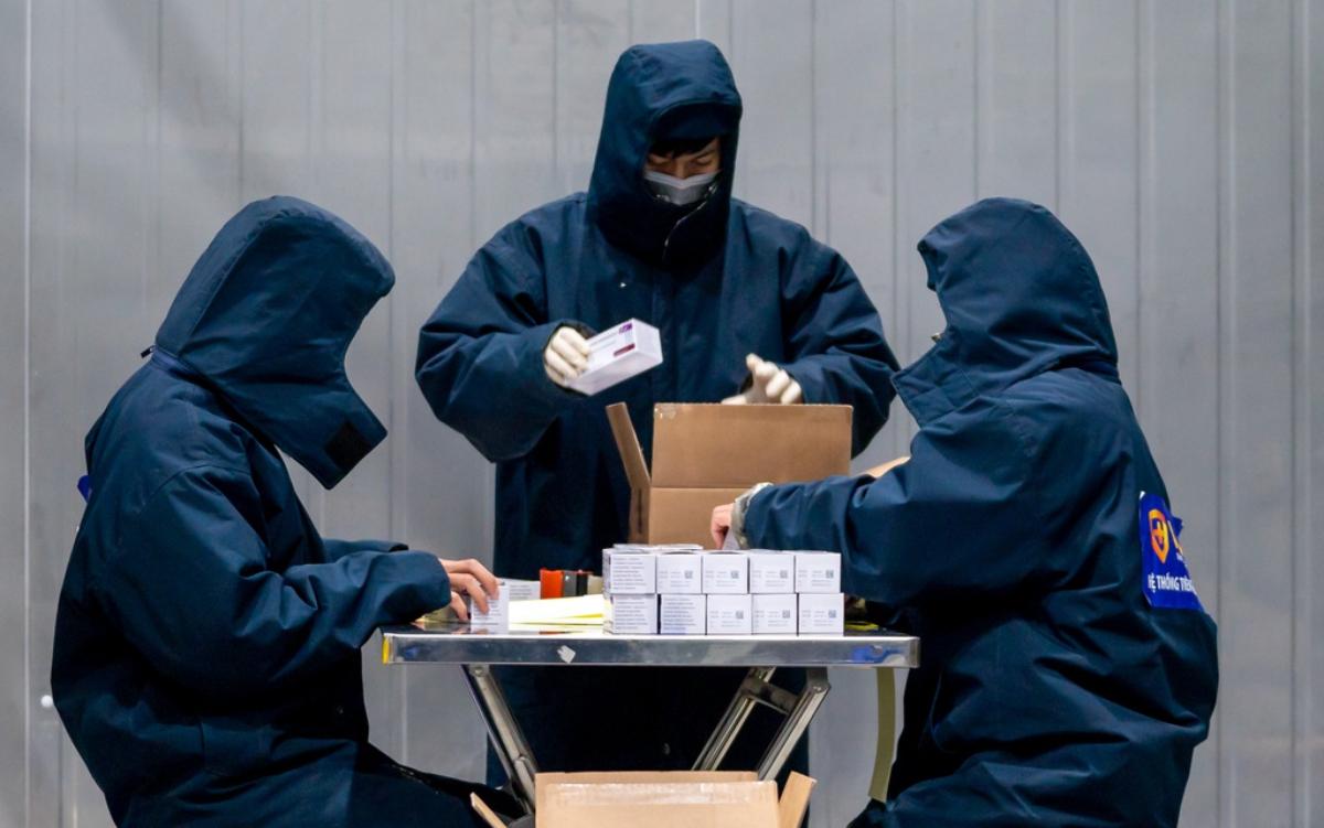 Lô 117.600 liều vaccine AstraZeneca đầu tiên đã được kiểm tra, đóng gói, sẵn sàng lên đường đến các tỉnh tiêm chủng trước. Ảnh: VNVC.